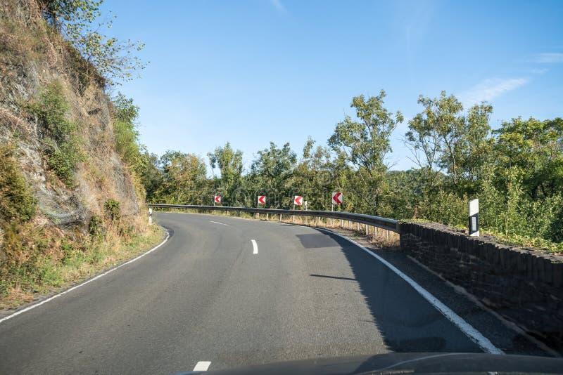 Uma estrada ao longo da montanha fotografia de stock royalty free