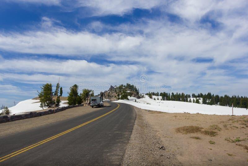 Uma estrada cênico Rim Drive no parque nacional do lago crater imagem de stock royalty free