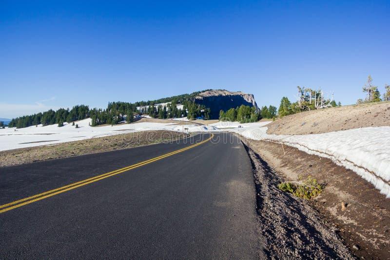 Uma estrada cênico Rim Drive no parque nacional do lago crater fotos de stock