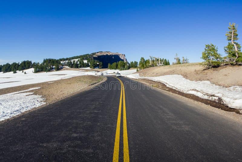 Uma estrada cênico Rim Drive no parque nacional do lago crater foto de stock royalty free