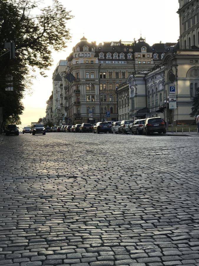 Uma estrada clássica da pedra e umas construções velhas em Kyiv, a capital de Ucrânia imagem de stock