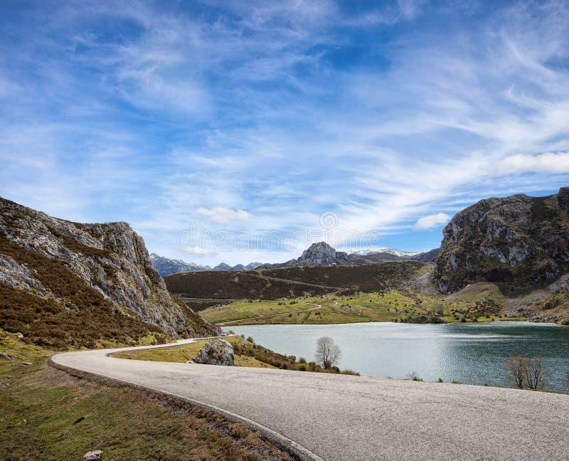 Uma estrada com uma vista bonita perto do lago Enol no dia ensolarado, maciço de Picos de Europa Ocidental, montanhas cantábricas imagens de stock