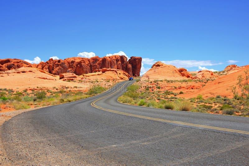 Uma estrada corre através dela no vale do parque estadual do fogo imagem de stock