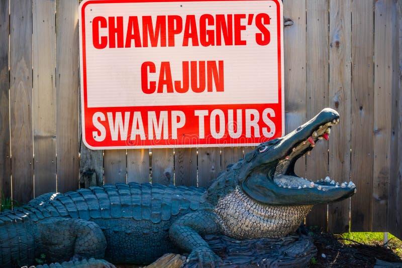 Uma estrada da entrada que vai à área da região pantanosa em Abbeville, Louisiana imagens de stock royalty free