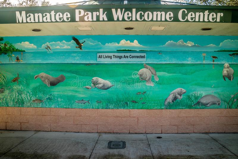 Uma estrada da entrada que vai ao parque do peixe-boi, Florida fotos de stock royalty free
