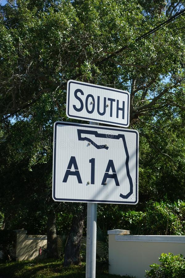 Uma estrada de A1A assina dentro Florida imagens de stock