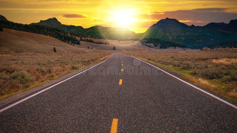 Uma estrada de duas pistas que conduz a um dia novo fresco foto de stock
