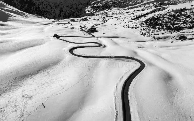 Uma estrada de enrolamento na neve em Passo Giau, passagem alpina alta perto de Cortina d'Ampezzo, dolomites, Itália imagem de stock royalty free