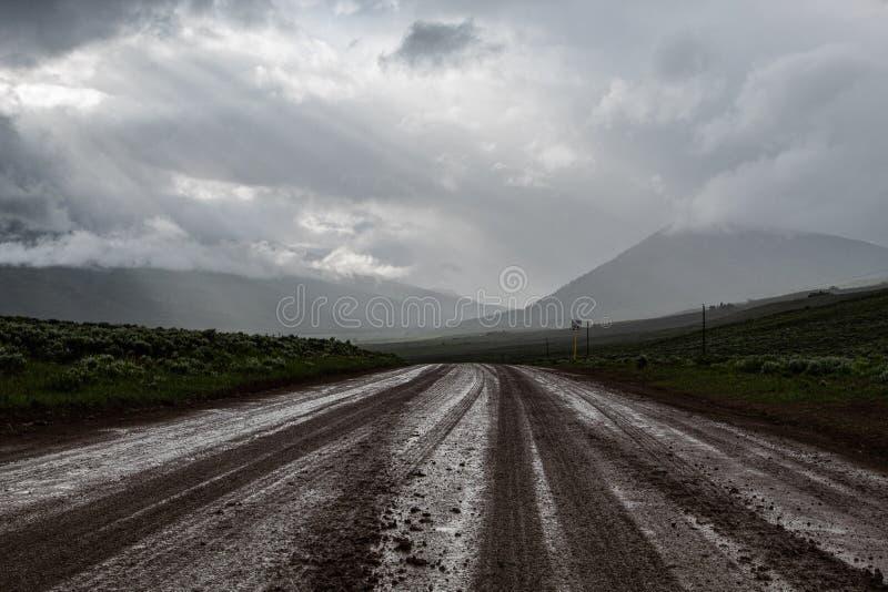 Uma estrada de terra aos montes imagem de stock