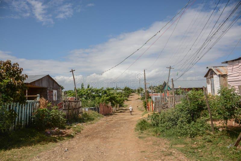 Uma estrada do cascalho com o EL Monte Rey fotografia de stock royalty free