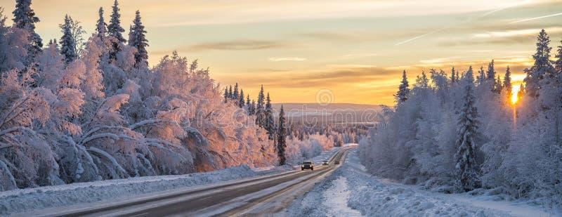 Uma estrada do inverno na Suécia do norte fotos de stock royalty free