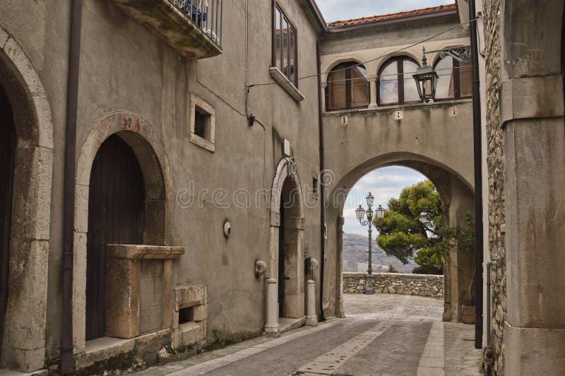 Uma estrada em Taurasi, uma cidade em Itália do sul fotos de stock