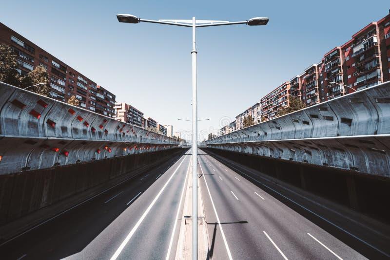 Uma estrada moderna vazia em um rebaixo imagens de stock royalty free
