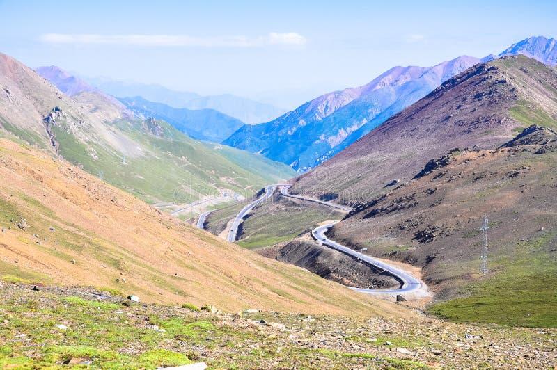 Uma estrada nas montanhas fotos de stock