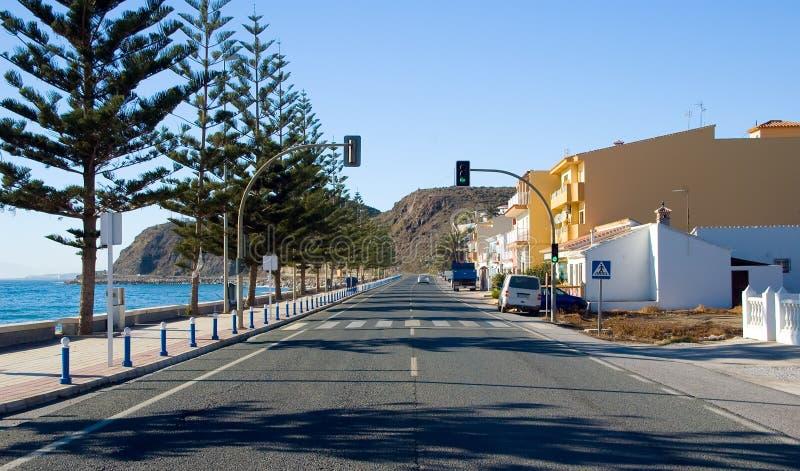 Uma estrada pelo seashore imagem de stock