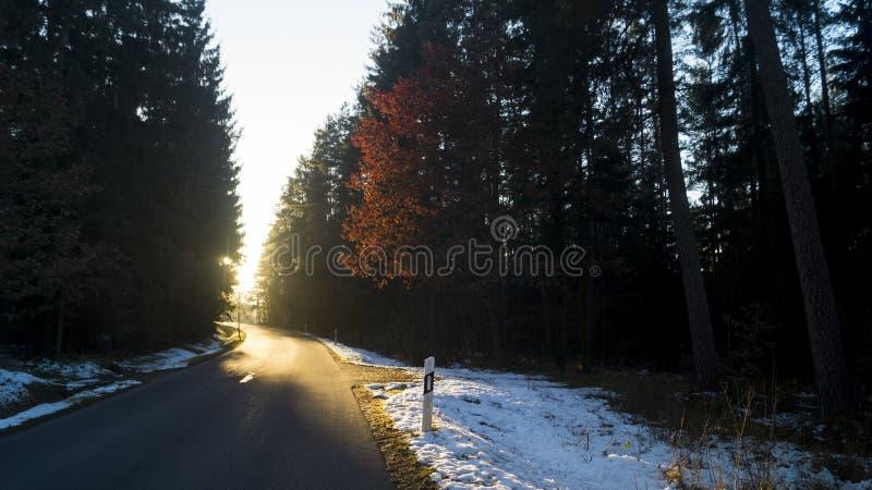 Uma estrada que conduz ao por do sol fotos de stock