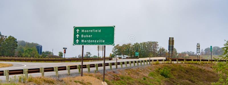 Uma estrada rural em Virgínia fotos de stock