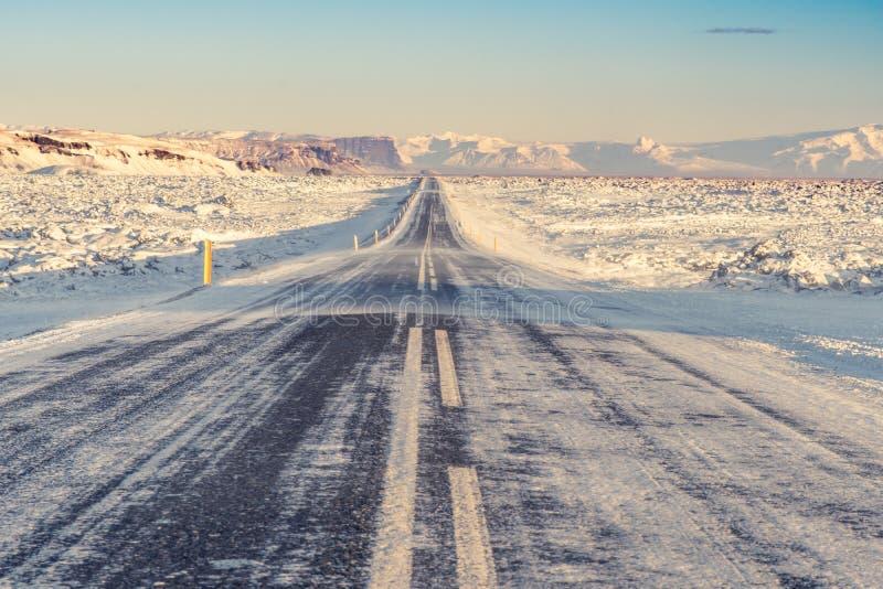 Uma estrada tipicamente longa e reta em Islândia do sul imagem de stock