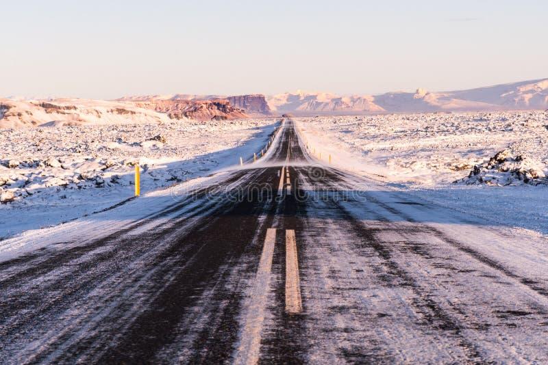 Uma estrada tipicamente longa e reta em Islândia do sul imagem de stock royalty free