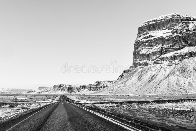 Uma estrada tipicamente longa e reta no duri visto Islândia do sul imagem de stock royalty free