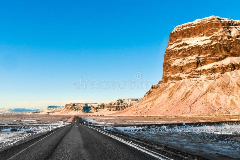 Uma estrada tipicamente longa e reta no duri visto Islândia do sul foto de stock