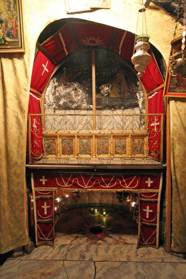 Uma estrela da prata marca o local tradicional do nascimento de Jesus na igreja da natividade, Bethlehem imagens de stock