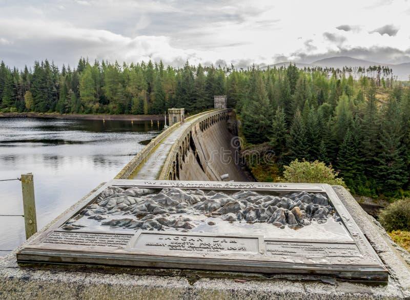 Uma estrutura da telha da informação e da represa de Laggan no Loch Laggan e no rio Spean em Escócia foto de stock royalty free