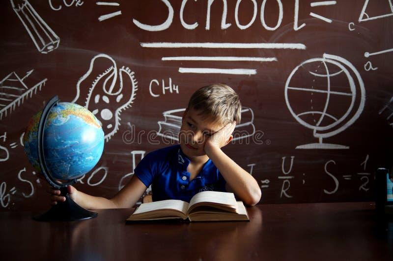 Uma estudante pequena prepara-se para estudos fotos de stock