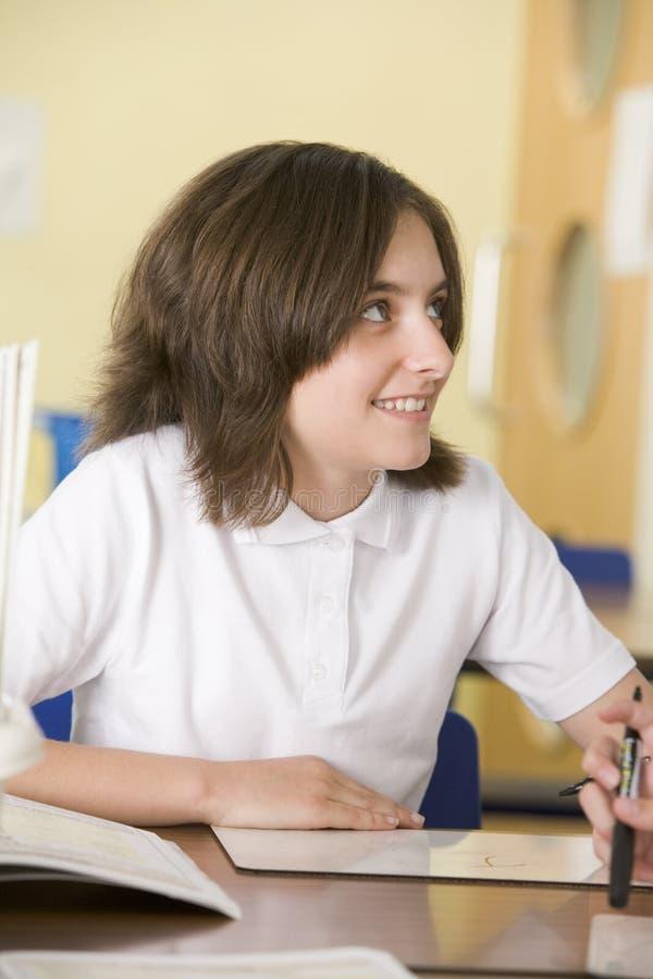 Uma estudante que estuda na classe imagens de stock