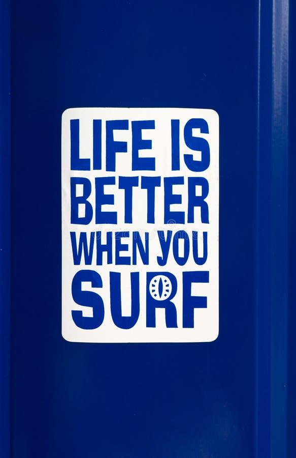 Uma etiqueta com a vida da inscrição é melhor quando você surfa foto de stock