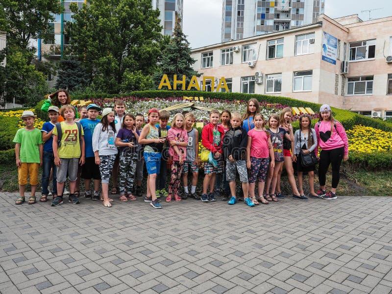 Uma excursão educacional para crianças dos acampamentos na cidade do russo de Anapa foto de stock royalty free