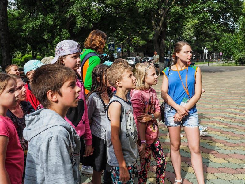 Uma excursão educacional para crianças dos acampamentos na cidade do russo de Anapa imagens de stock