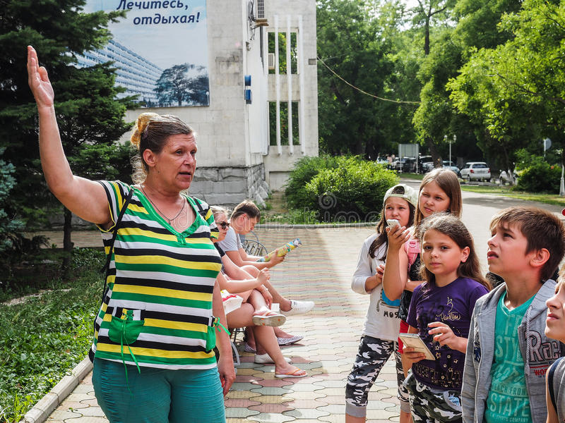 Uma excursão educacional para crianças dos acampamentos na cidade do russo de Anapa fotos de stock royalty free