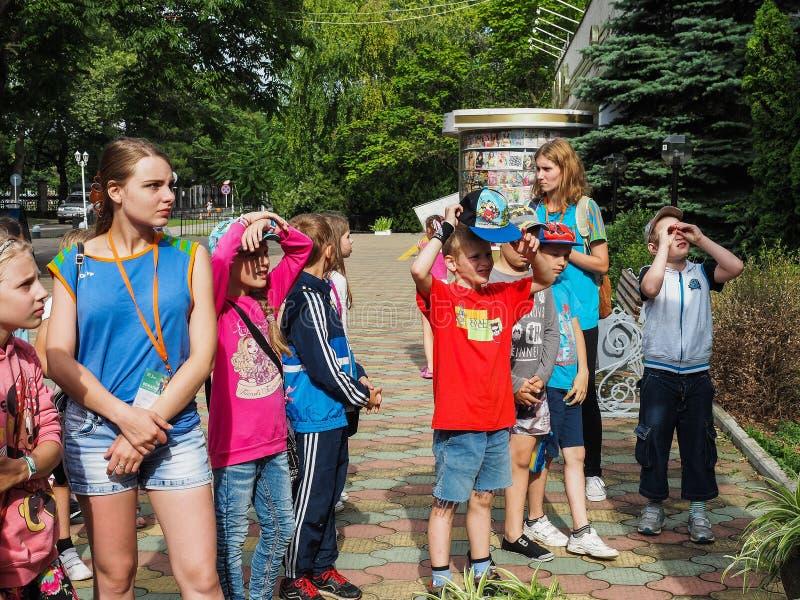 Uma excursão educacional para crianças dos acampamentos na cidade do russo de Anapa foto de stock