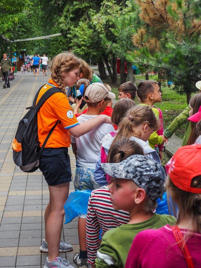 Uma excursão educacional para crianças dos acampamentos na cidade do russo de Anapa imagem de stock