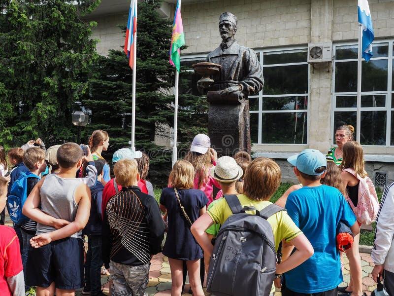 Uma excursão educacional para crianças dos acampamentos na cidade do russo de Anapa imagens de stock royalty free
