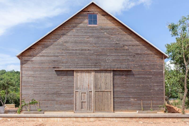 Uma exploração agrícola de madeira derramou o celeiro de madeira e o céu azul foto de stock royalty free