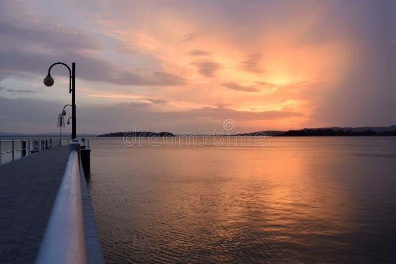 Uma explosão das cores no por do sol no lago Trasimeno em Úmbria - I fotos de stock royalty free