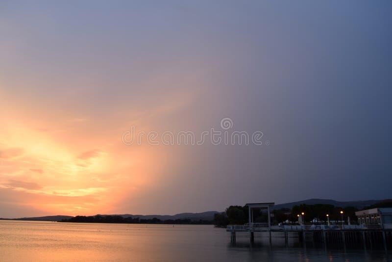 Uma explosão das cores no por do sol no lago Trasimeno em Úmbria - I imagem de stock royalty free