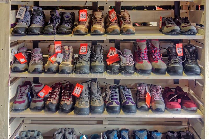 Uma exposição de botas de passeio, foto de stock royalty free