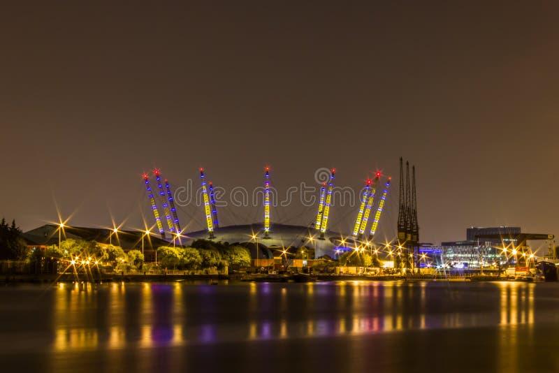 Uma exposição longa da noite da arena O2 com reflexão no Thames River imagem de stock royalty free