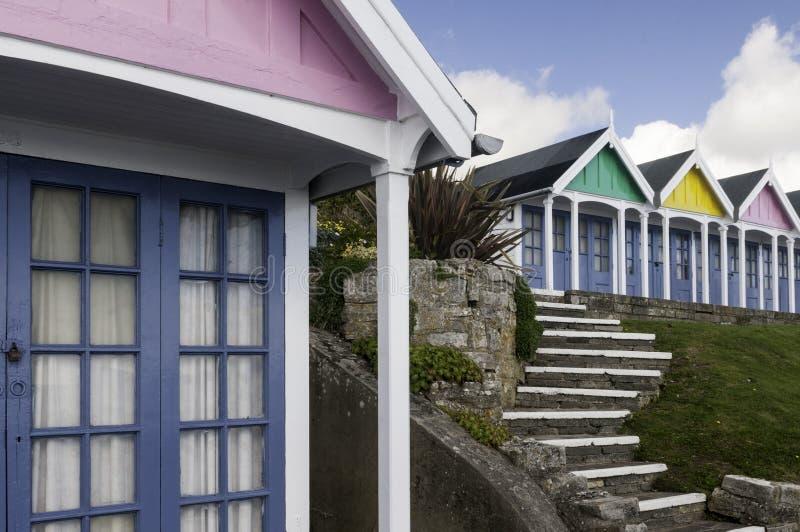 Uma exposição vibrante de cabanas da praia em uma praia de Dorset imagem de stock royalty free