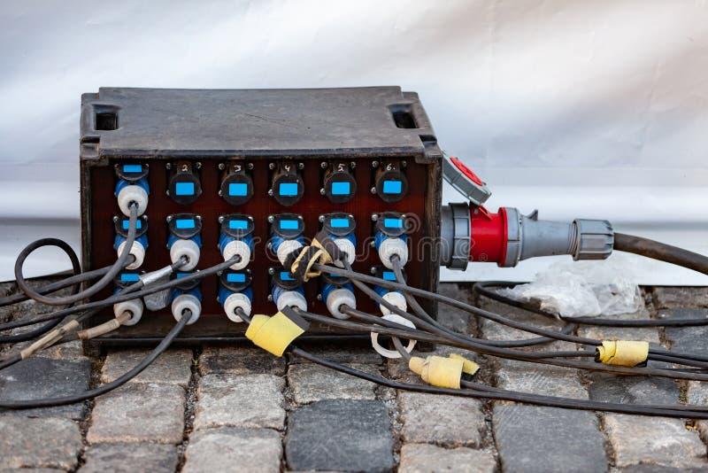 Uma extensão elétrica industrial poderosa com os 18 soquetes para o uso exterior em concertos e em eventos Os cabos são conectado fotos de stock royalty free