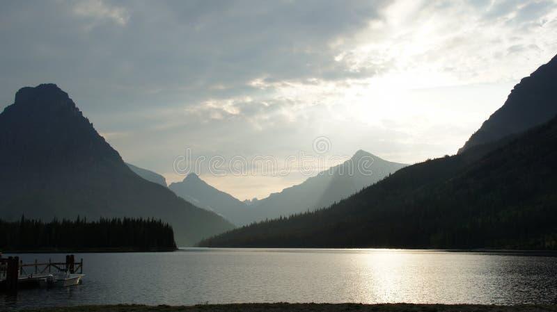 Uma extremidade do lago Swiftcurrent, parque nacional de geleira, Montana imagens de stock