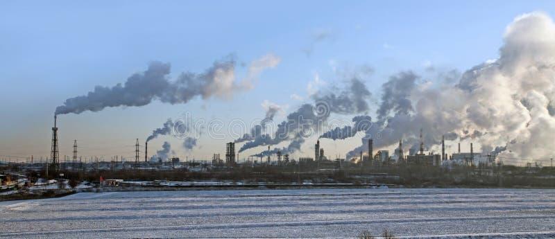 Uma fábrica com smokestacks. fotografia de stock