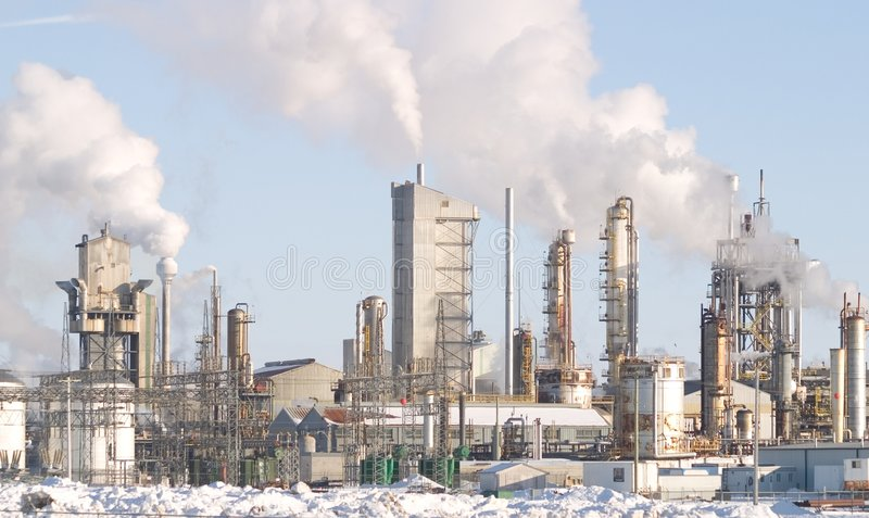 Uma fábrica com smokestacks. foto de stock