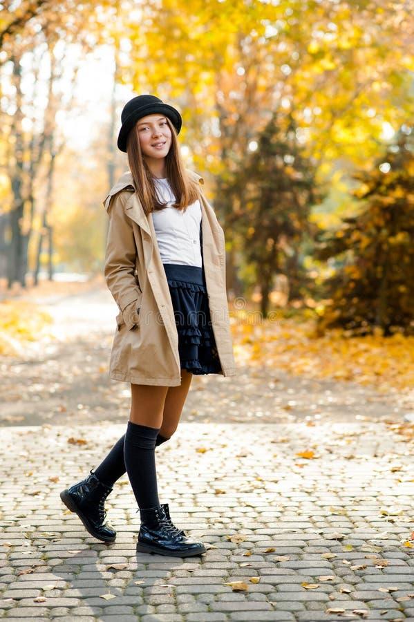 Uma fêmea consideravelmente adolescente em um parque do outono foto de stock royalty free