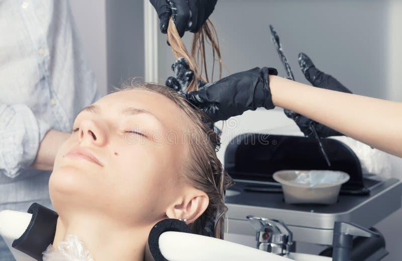 Uma fêmea loura bonita no salão de beleza do cabeleireiro fotos de stock