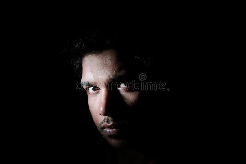 Uma face na escuridão fotografia de stock