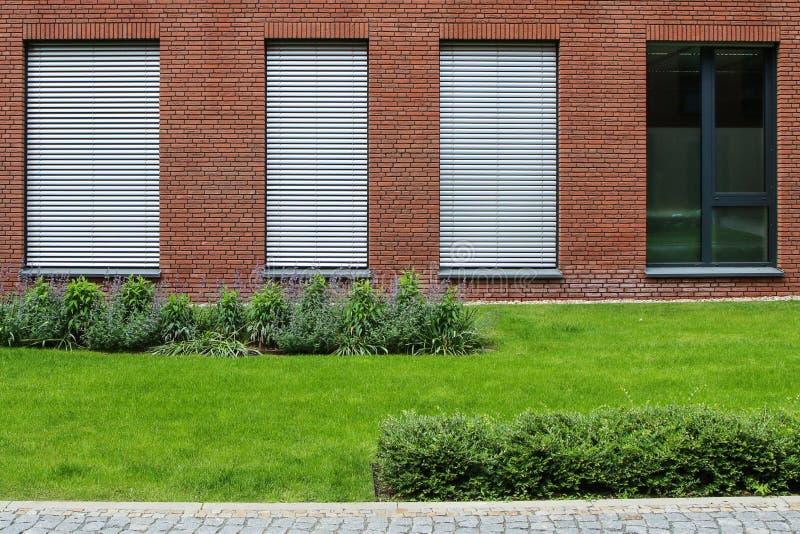 Uma fachada da casa de escritório moderna imagens de stock royalty free